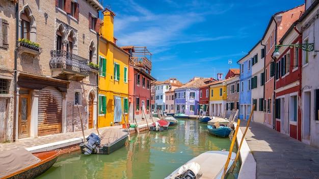 Kolorowe domy w centrum burano, wenecja, włochy z czystym, błękitnym niebem
