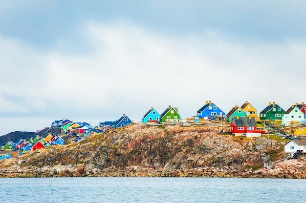 Kolorowe domy w wiosce aasiaat, zachodnia grenlandia