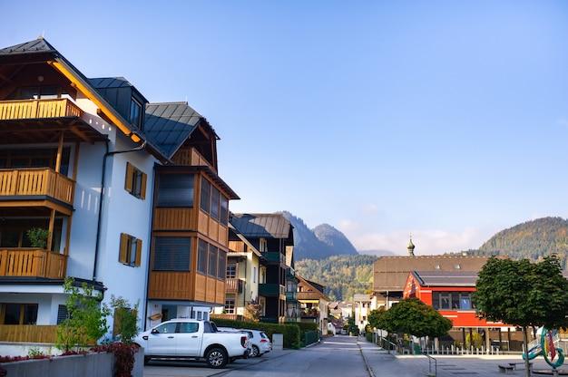 Kolorowe domy wzdłuż ulicy miasta salzkammergut w austrii