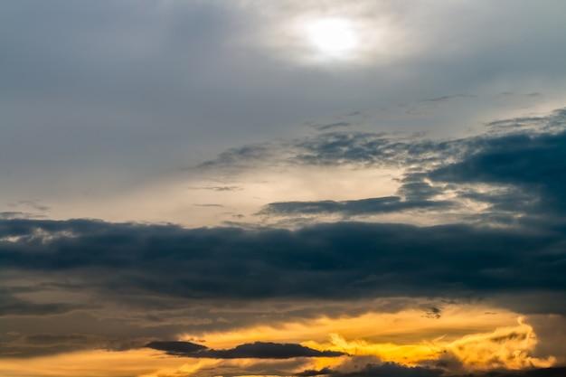 Kolorowe dramatyczne niebo w półmroku