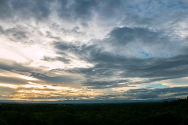 Kolorowe dramatyczne niebo z chmurą o zachodzie słońca. piękne niebo z chmurami w tle