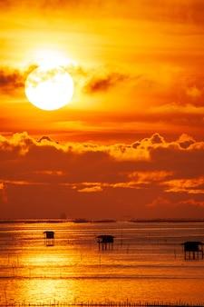 Kolorowe dramatyczne niebo z chmurą o zachodzie słońca