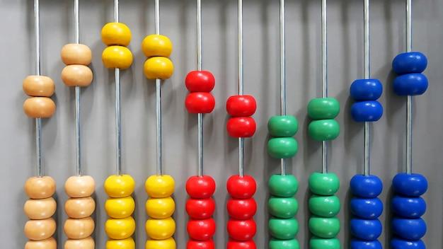 Kolorowe Drewniane Abacus Koraliki W Sinusoidy Wzór Premium Zdjęcia