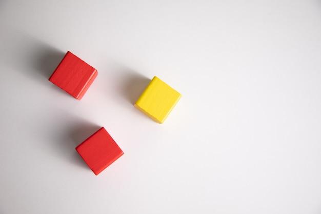 Kolorowe drewniane elementy konstrukcyjne na białym stole