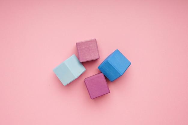 Kolorowe drewniane kostki. zabawki kreatywne. klocki dla dzieci