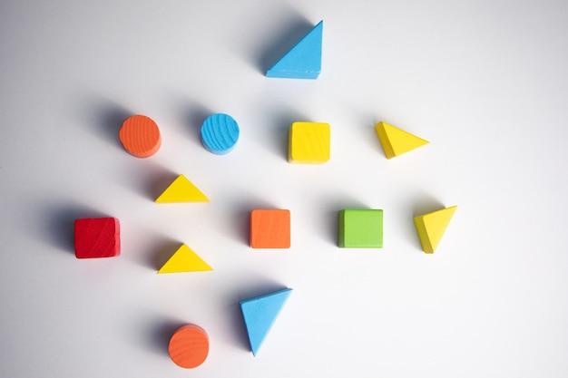 Kolorowe drewniane kształty geometryczne wzór na białym tle