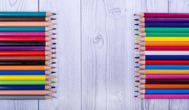 Kolorowe drewniane ołówki naprzeciwko siebie