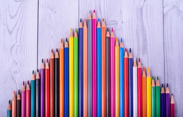 Kolorowe drewniane ołówki, tworzące trójkąt