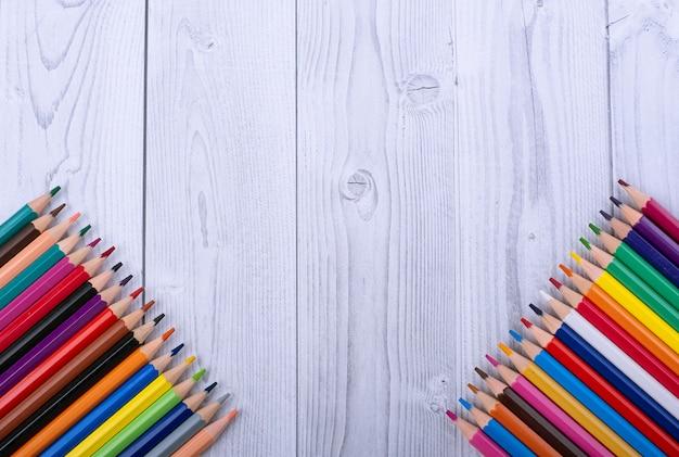 Kolorowe drewniane ołówki, w dolnych rogach