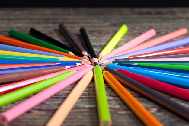 Kolorowe drewniane ołówki z różnymi kolorami ołówków do rysowania i kreatywności
