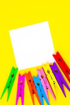 Kolorowe drewniane spinacze do bielizny z naklejką listy rzeczy do zrobienia na żółtym tle. zamknij się, skopiuj miejsce. minimalizm, oryginalne i kreatywne zdjęcie.