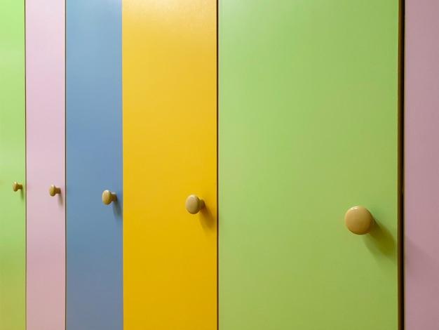 Kolorowe drzwi szaf dziecięcych na ubrania w przedszkolu