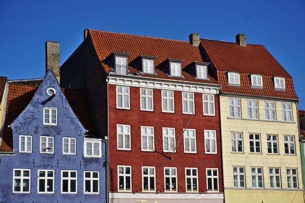Kolorowe duńskie domy w pobliżu słynnego kanału nyhavn w kopenhadze w danii