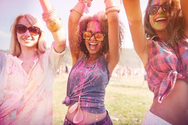 Kolorowe dziewczyny podczas festiwalu