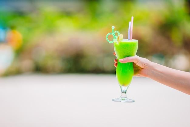 Kolorowe egzotyczne smaczne koktajle w kawiarni na świeżym powietrzu