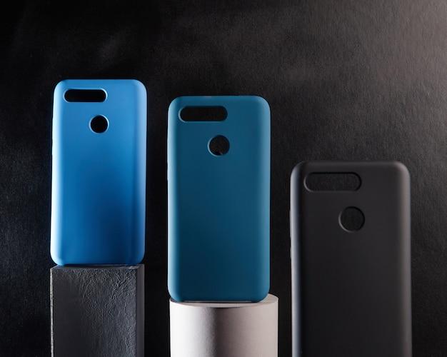 Kolorowe etui na nowoczesne smartfony stoją na podstawkach na stole jeden obiekt w ostrym rozmytym tle