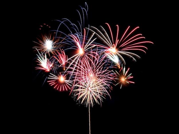 Kolorowe fajerwerki na czarno, festiwal sztucznych ogni w koncepcji nowego roku