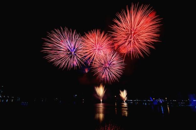 Kolorowe fajerwerki na czarnym nocnym niebie