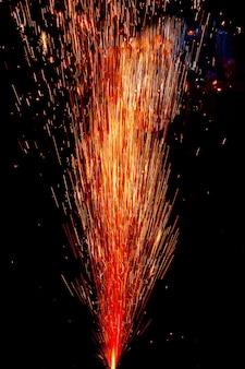 Kolorowe fajerwerki na czarnym tle
