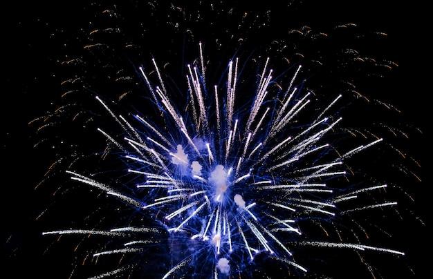 Kolorowe fajerwerki na niebie. świąteczne kolorowe fajerwerki na nocnym niebie.