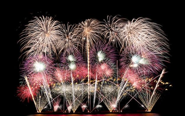 Kolorowe fajerwerki na nocnym niebie, festiwal fajerwerków w pattaya.