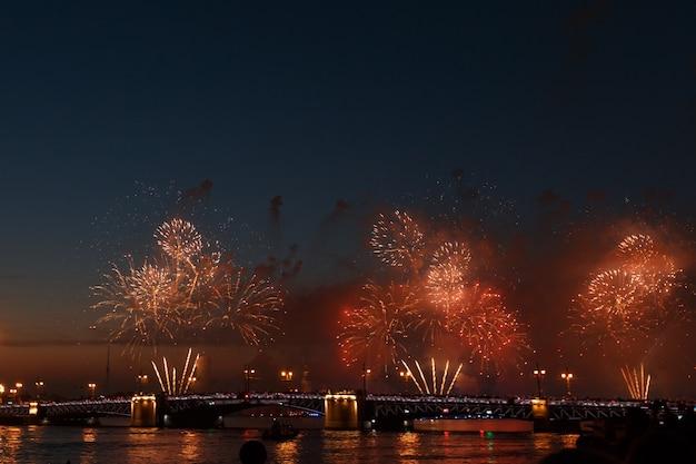 Kolorowe fajerwerki odbijają się od wody, piękna sceneria mostu