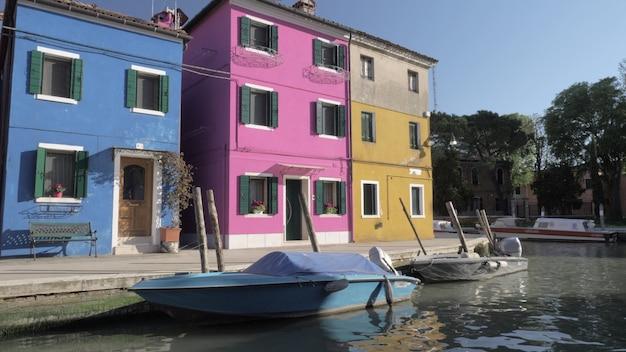 Kolorowe fasady małych domów włoskiego burano w słoneczny dzień