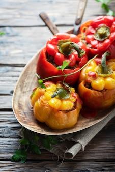 Kolorowe faszerowane papryki z mięsem i warzywami, selektywne focus