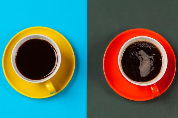 Kolorowe filiżanki do kawy i spodki na kolorowe żywe