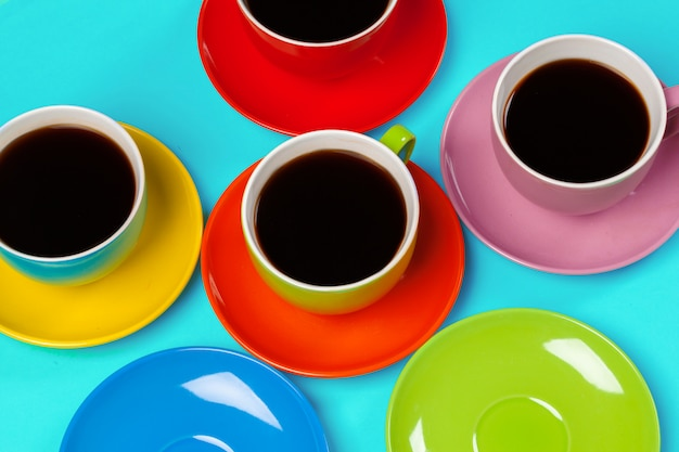 Kolorowe filiżanki do kawy i spodki
