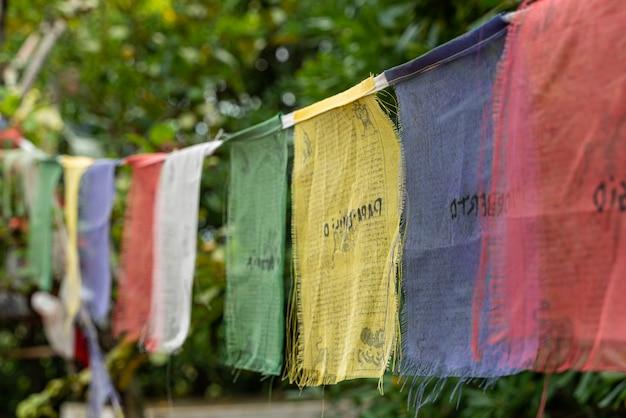 Kolorowe flagi modlitewne buddyjskich