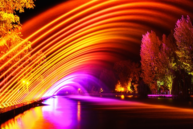Kolorowe fontanny w parku miejskim w porze nocnej