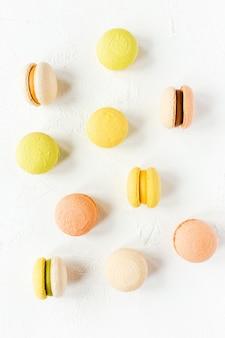 Kolorowe francuskie makaroniki na białym, flatlay, widok z góry