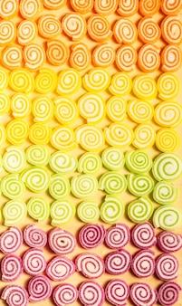 Kolorowe galaretki i cukierki słodycze na tle drewna