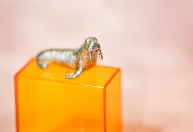 Kolorowe i jasne figurki miniaturowego morsa