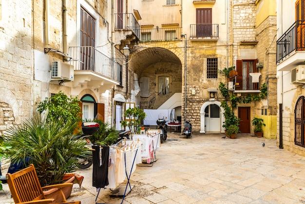 Kolorowe i stare uliczki turystycznego włoskiego miasta bari.