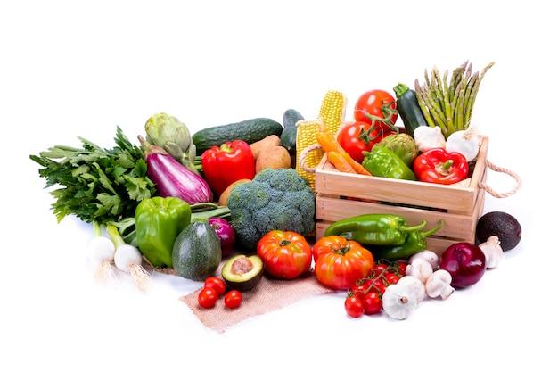 Kolorowe i świeże warzywa dla zrównoważonej i zdrowej diety na białym tle, zdrowa żywność