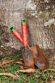 Kolorowe i używane małe łopaty ogrodowe - błoto - ogrodnictwo