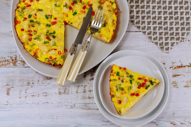 Kolorowe jajecznica z warzywami na białym talerzu. widok z góry.