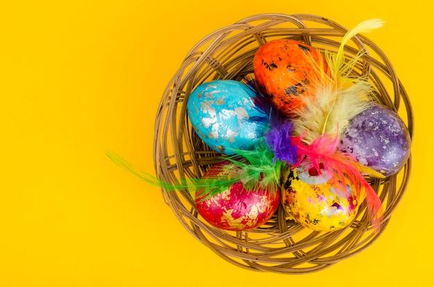 Kolorowe jajka na gnieździe