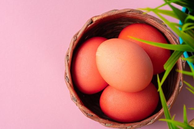 Kolorowe jajka na wielkanoc z doniczką sztucznej trawy. kreatywne zdjęcie