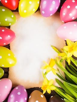 Kolorowe jajka w kropki i pusta kartka z życzeniami. dekoracje wielkanocne