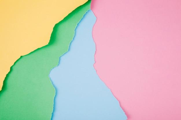 Kolorowe jasne papiery o poszarpanych krawędziach