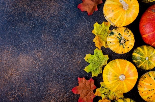 Kolorowe jesienne liście i dynia na białym tle. skopiuj miejsce na tekst. koncepcja jesień, jesień lub święto dziękczynienia. płaski układanie, widok z góry,