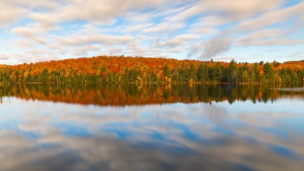 Kolorowe jesienne odbicia drzew na jeziorze