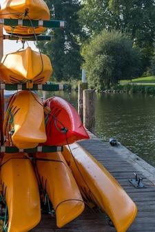 Kolorowe kajaki na jeziorze na świeżym powietrzu w letni dzień.