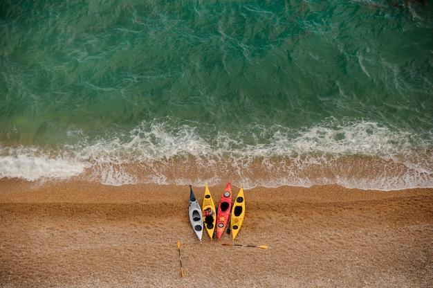 Kolorowe kajaki na piaszczystej plaży. aquasport.