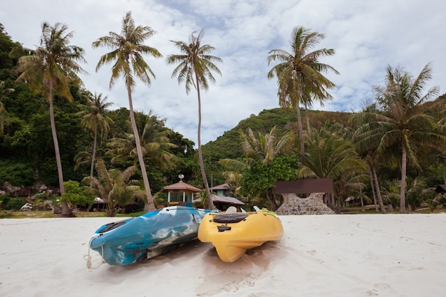 Kolorowe kajaki na plaży w tajlandii
