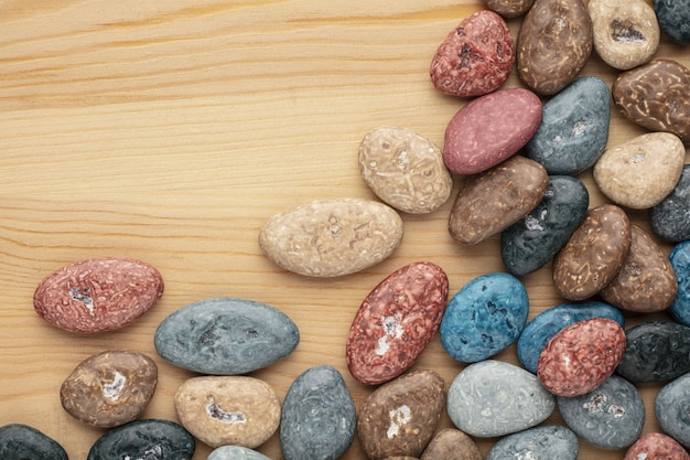 Kolorowe kamienie czekoladowe cukierki na białym tle.