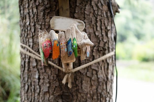 Kolorowe karmnik na pniu drzewa w parku.